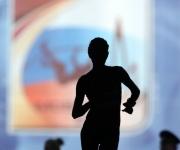 Una atleta compite en la final de 20 km marcha, sobre el logotipo de los Mundiales.ADRIAN DENNIS (AFP)