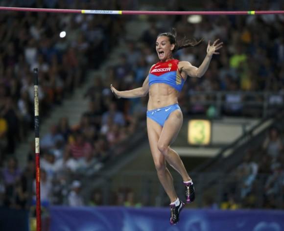 Yelena Isinbayeva reacciona tras superar los 4,89 metros, el salto que le ha dado el oro tras no poder ser igualado por la cubana Silva ni la estadounidense Jennifer Suhr.LUCY NICHOLSON (REUTERS)