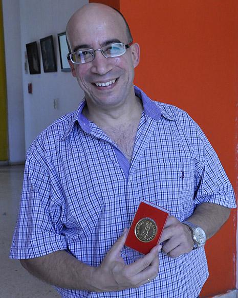 Recibe el colectivo de Cubadebate medalla 50 Aniversario de la UPEC. Foto: Roberto Garaicoa/Cubadebate.