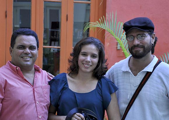 De izquierda a derecha: Ismael Francisco, Ladyrene Pérez y Alejandro Ramírez Anderson, fotógrafos expositores. Foto: Roberto Garaicoa/Cubadebate.