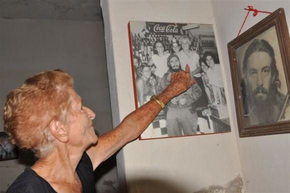 Gloria señala con el dedo quien era su mamá. A la izquierda ella con 52 años menos.