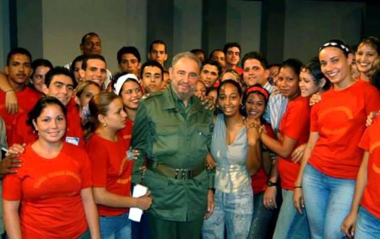 fidel y jovenes cubanos