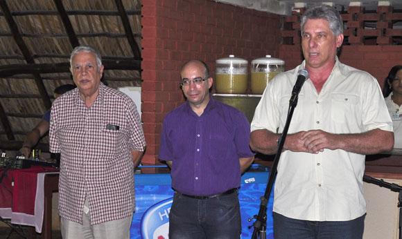 De izquierda a derecha, Rolando Alfonso Borges, Jefe del Departamento Ideológico del Comité Central del Partido; Randy Alonso, director de Cubadebate, y Miguel Díaz-Canel, miembro del Buró Político y Primer Vicepresidente del país. Foto: Roberto Garaicoa//Cubadebate.