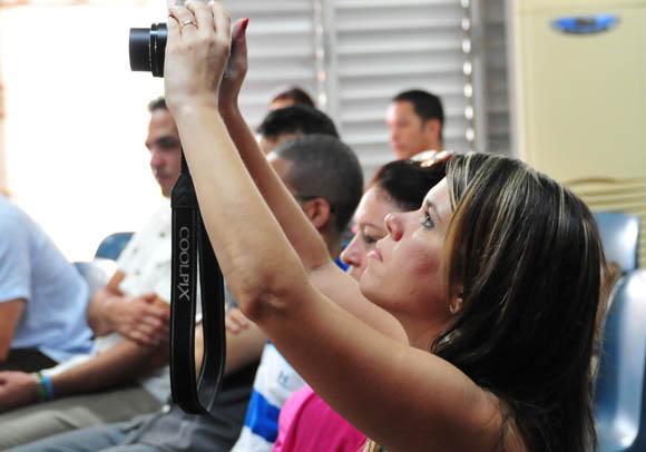 En primer plano, Mónica Montes, editora del sitio, durante el encuentro. Foto: Ladyrene Pérez/Cubadebate.