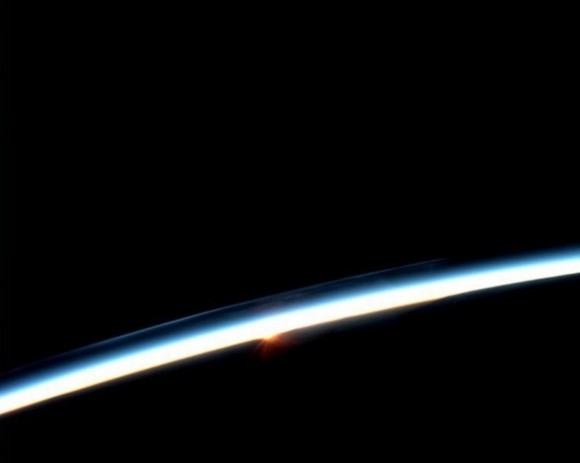 primera-luz-del-dia-desde-la-iss-4330