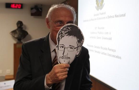 Un parlamentario brasileño exhibe una máscara en solidaridad con Edward Snowden