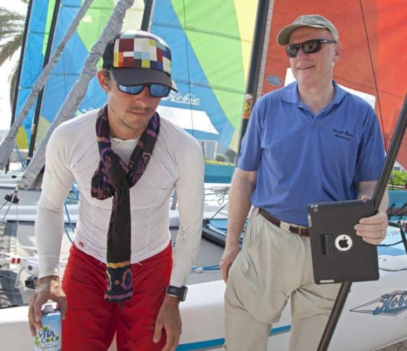 Un cansado Ben Friberg, a la izquierda, descansa después de llegar a Key West, Florida. Viernes, 02 de agosto 2013, a raíz de un viaje en paddleboarding de 111 kilómetros desde Cuba. Carol Tedesco / AP