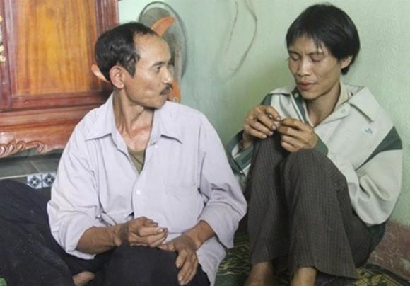 """Vietnamitas escondidos 40 años después de la guerra de regreso a la """"civilización"""". Foto: EFE TUOI TRE / HANDOUT"""