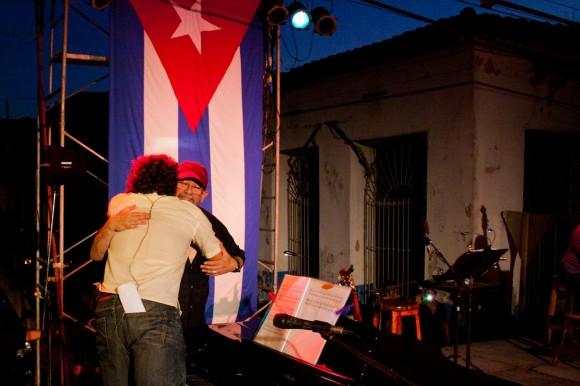 """Silvio Rodríguez abraza a Robertico Carccassés en el concierto de este 20 de septiembre en Santiago de Las Vegas, donde el pianista lo acompañó en """"Segunda cita"""". Foto Alejandro Ramírez Anderson."""