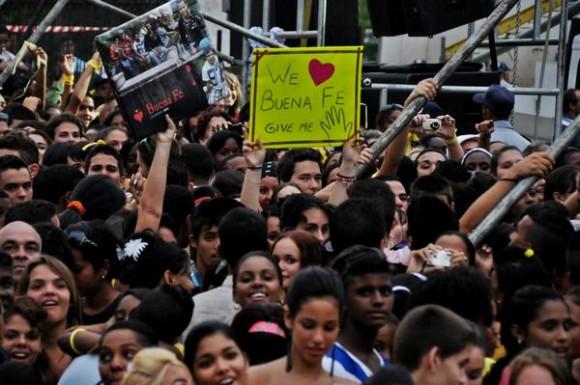 Asistentes al concierto del dúo Buena Fe, realizado como parte de la Campaña por los 15 años del injusto encarcelamiento de Los Cinco Héroes Cubanos, y dedicado a los jóvenes que recién iniciaron el nuevo curso escolar. Plaza Roja de 10 de Octubre, en La Habana. Foto: Omara García Mederos / AIN.