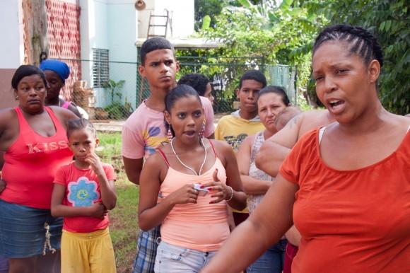 """""""¡Tráelos para acá para que vean!"""", vociferaba desde la distancia una de estas vecinas, al ver al delegado acompañado de visitantes con cámaras fotográficas y de video. Foto: Alejandro Ramírez Anderson."""