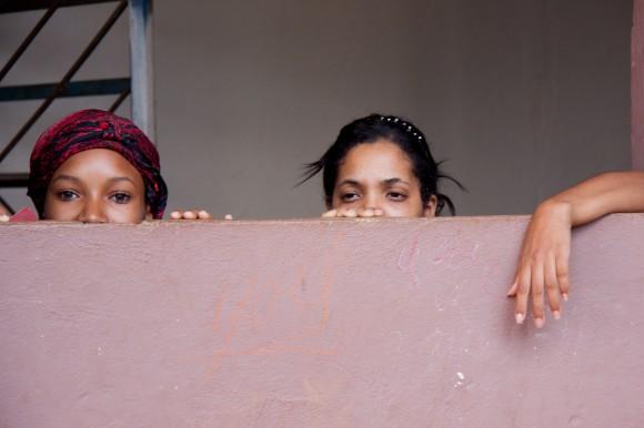 Las nuevas generaciones de albergados, cosa rara para una comunidad que se supone de tránsito. ¡Tráelos para acá para que vean! Foto: Alejandro Ramírez Anderson.