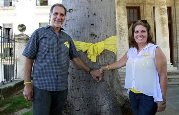Olguita y René frente a la ceiba de El Templete, a la que ataron una cinta amarilla. Foto: Roberto Chile/Cubadebate