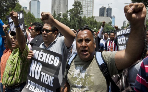 Los maestros se oponen a la reforma educativa impulsada por el Gobierno al mando de Enrique Peña Nieto, quienes en los últimos días han salido a protestar en las diferentes calles de la Ciudad de México. AFP / END