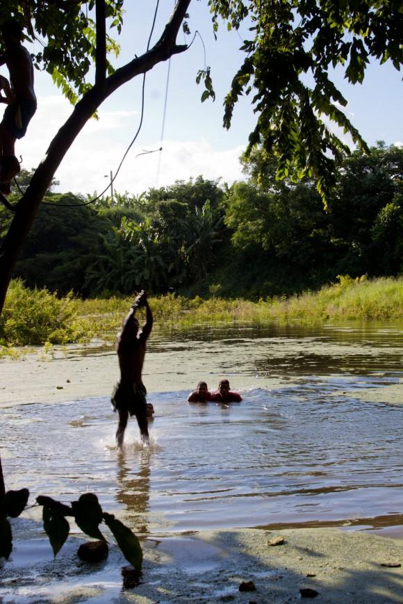 La charca donde se recrean los, en perjuicio de su salud porque es agua estancada donde, además, bañan animales.Foto: Alejandro Ramírez Anderson.