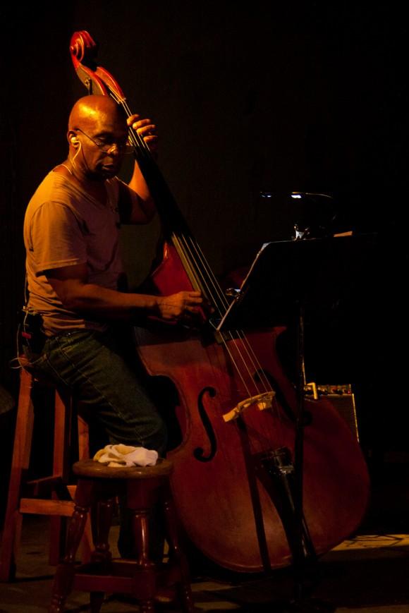 Jorge Reyes magistral en el contrabajo. Foto: Alejandro Ramírez Anderson.