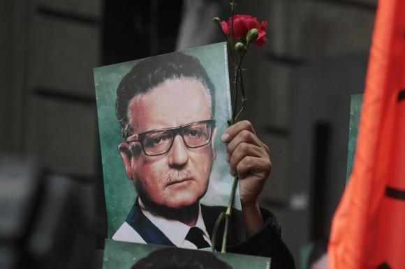 Un hombre sostiene una fotografía del Presidente Salvador Allende en las afueras del Palacio Presidencia de La Moneda, en Santiago de Chile, Chile, recordando el 40mo aniversario del Golpe de Estado del 11 de septiembre de 1973. Foto: AP/Luis Hidalgo/Cubadebate