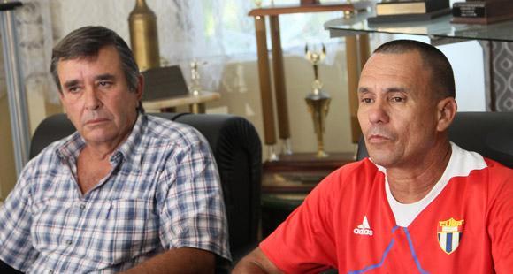 Alberto Puig, presidente de la Federación de Cuba, y Rolando Acebal, jefe técnico del equipo nacional, en el momento de dar a conocer la nómina del equipo mundialista.