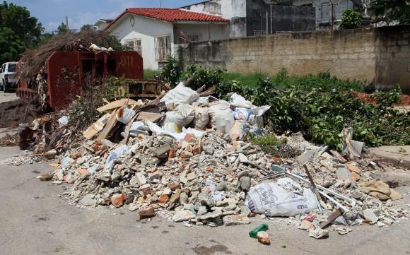 Basura en la esquina de 17 y 36, Playa, La Habana. Foto: Ismael Francisco/Cubadebate.