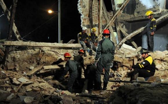 Integrantes del cuerpo de bomberos de Cuba, durante la búsqueda de un cuerpo entre los escombros, producto de un derrumbe parcial, en un edificio ubicado en Carmen, entre Cortina y Figueroa, La Víbora, municipio 10 de octubre, en La Habana, Cuba, el 23 de septiembre de 2013.  AIN FOTO/Omara GARCÍA MEDEROS