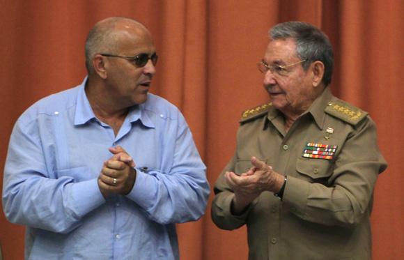 Raúl Castro presidente cubano junto al coodinador nacional de los CDR Carlos Rafael Miranda, en   sesión de clausura del Congreso cederista. Foto: Ismael Francisco/Cubadebate.