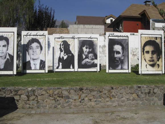 Imágenes de desparecidos durante la dictadura de Pinochet, colocadas en el Parque por la Paz Villa, un lugar que fuera trágicamente famoso por haberse convertido en uno de los más grandes centros de detención y tortura.