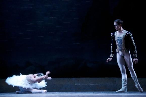 El adagio comienza cuando el Príncipe Sigfrido (en la fotografía Dani Hernández) descubre y rescata a su princesa convertida en cisne víctima de un encantamiento; toda la danza es un diálogo de amor en forma de lamento.