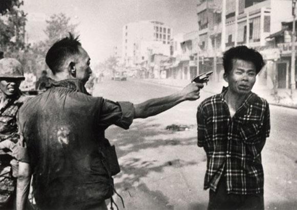 El jefe de policía sudvietnamita Nguyen Ngoc Loan ejecuta a un sospechoso del Viet Cong en Saigón.