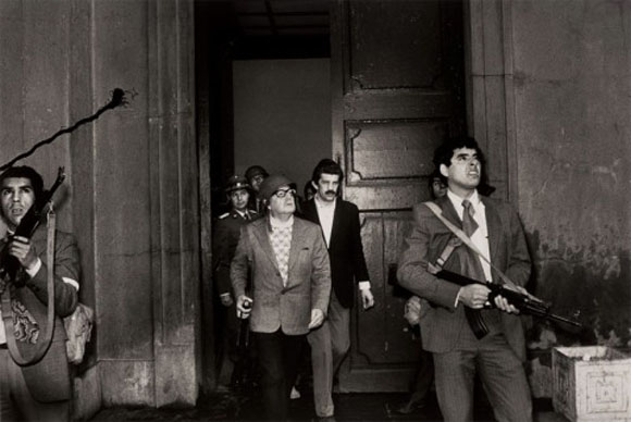 El presidente democrático de Chile, Salvador Allende, momentos antes de su muerte durante el golpe de estado, en el palacio presidencial de la Moneda, en la capital Santiago de Chile.