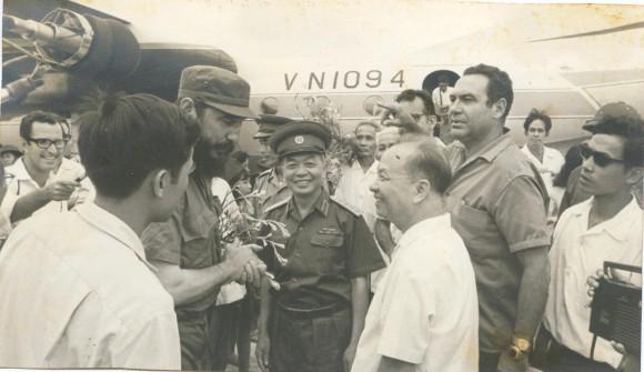Fidel llega al aeropuerto de Hanoi tras su visita al Sur en guerra