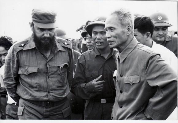 Fidel junto a Pham Van Dong, primer ministro vietnamita