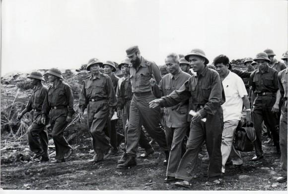 Fidel recorre posiciones vietnamitas en medio de la guerra.