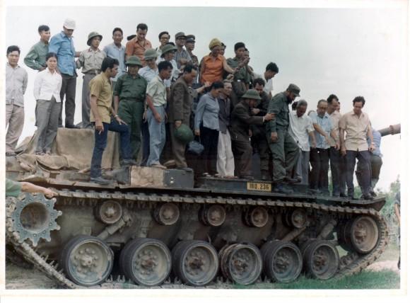 Sobre uno de los tanques norteamericanos capturados