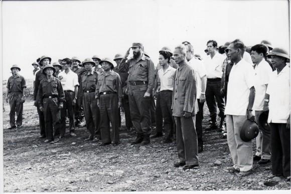 Fidel visita a los combatientes vietnamitas en el campo de batalla. Septiembre de 1973