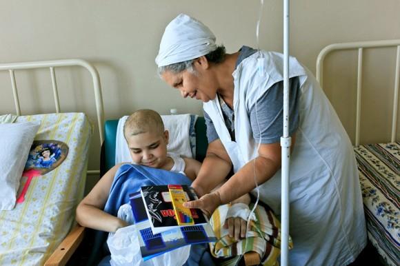 Personal de servicio comparte la alegría de los pequeños al recibir sus libros. Foto: Roberto Chile/Cubadebate.