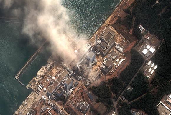 La operadora de la central nuclear de Fukushima admitió que unas 300 toneladas de agua radiactiva se han filtrado al exterior desde los tanques que usa para almacenar este líquido empleado para enfriar los reactores de la nuclear.