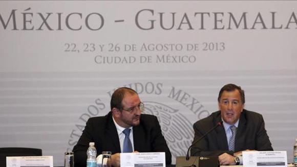 El canciller mexicano, José Antonio Meade (d) y el de Guatemala, Fernando Carrera, participan en la clausura de la XI Reunión de la Comisión Binacional México-Guatemala, en la que se informó la entrada en vigor del TLC el primero de septiembre.Imagen de Archivo.