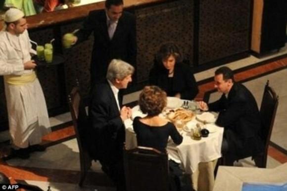 El presidente sirio, Bashar Al-Assad, y el actual secretario de Estado norteamericano, John Kerry, cenan gustosamente junto a sus esposas.