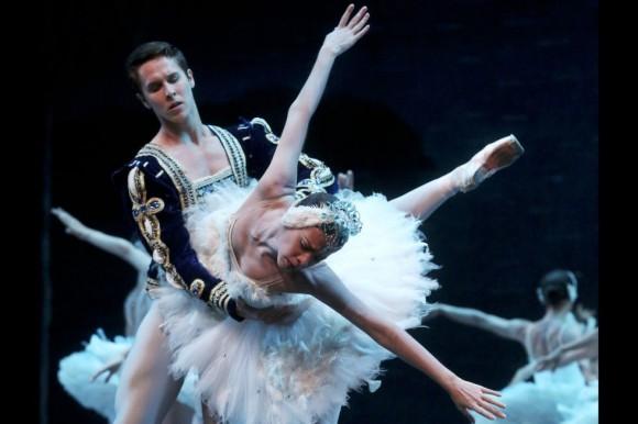 La herencia de los 'actos blancos' en el ballet académico es una derivación de las escenas espectrales de la anterior etapa romántica, y es por ello que el cisne es un debate constante de imaginario y estantigua.