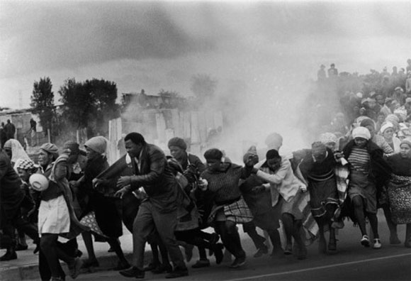 La policía desaloja con botes lacrimógenos el guetto de Modderdam, Cape Town, Sudáfrica, donde sus habitantes protestan contra la demolición de sus casas.