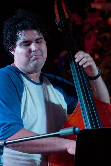 El bajista Gastón Joya. Foto: Alejandro Ramírez Anderson.