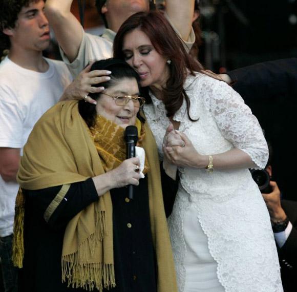 Cristina Fernández de Kirchnern besa a la cantante Mercedes Sosa, poco después de tomar posesión de su cargo en la sede del Parlamento argentino en 2007.