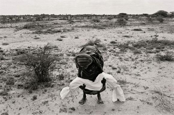 Madre sujeta el cuerpo de su hijo, víctima del hambre, antes de ser enterrado en Bardera, Somalia