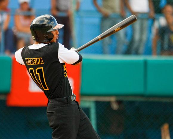 El pelotero de mejor rendimiento en las filas de los Indios de Guantánamo en la Serie 52, Dainer Moreira (.317, 57 hits en los 45 juegos de clasificación), ya no será de la Tribu. Desde la próxima temporada defenderá la casaca de Matanzas.