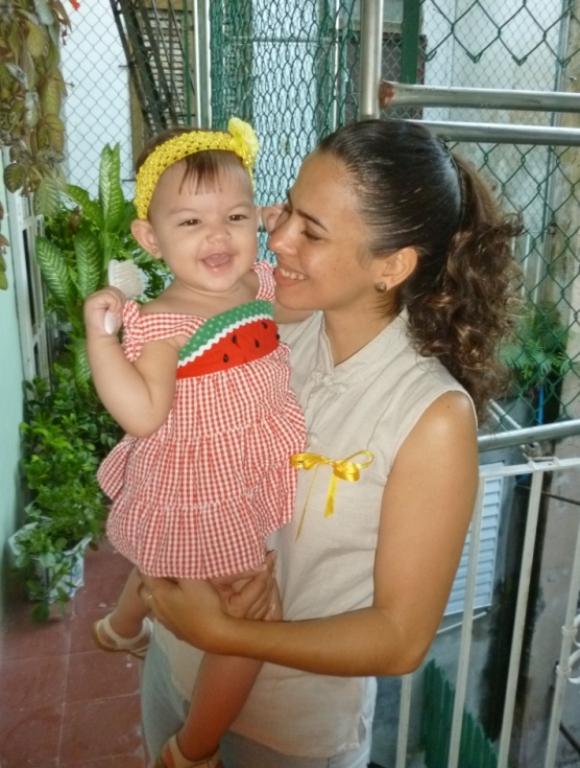 niña con lazo amarillo