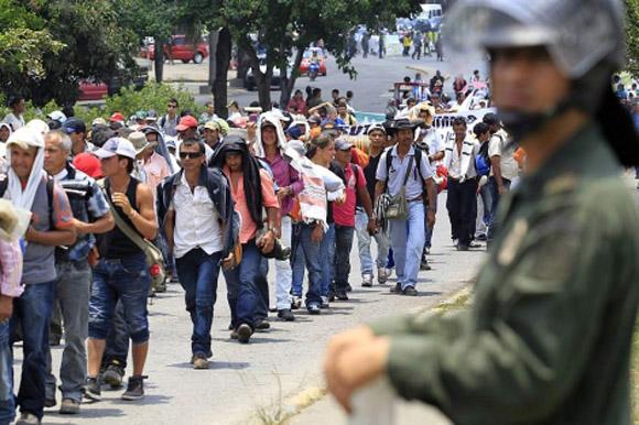 Muchos campesina colombianos iniciaron el desbloqueo de las carreteras y permitirán el libre tránsito del público y de los vehículos, pero ello no significa el fin del Paro agrario, que continuará mientras sigan las negociaciones.