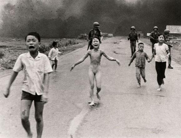 Phan Thi Kim Phuc, en el centro, corre de la escena donde los aviones de las tropas sudvietnamitas han lanzado Napalm, en Trangbang, Vietnam del Sur.