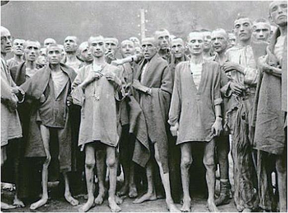 Presos de Auschwitz en deplorable estado físico. Imagen de Archivo.
