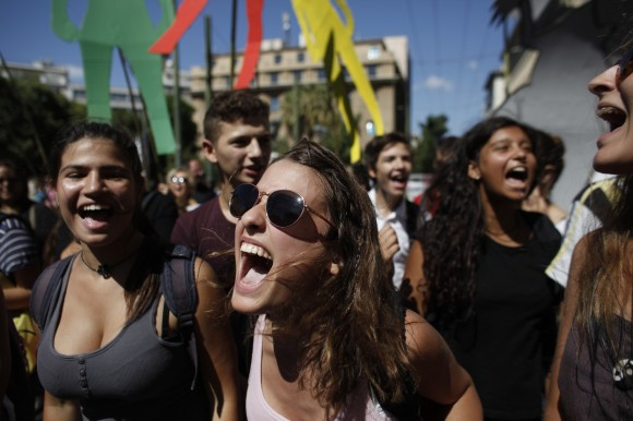 Estudiantes de preuniversitario en Atenas corean consignas en solidaridad con sus profesores en huelga como parte de la Huelga General de 48 horas que tiene lugar en Grecia. AP Photo/Kostas Tsironis/Cubadebate