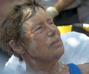 Diana Nyad recibe atención médica tras su llegada a Cayo Hueso. Foto: AP